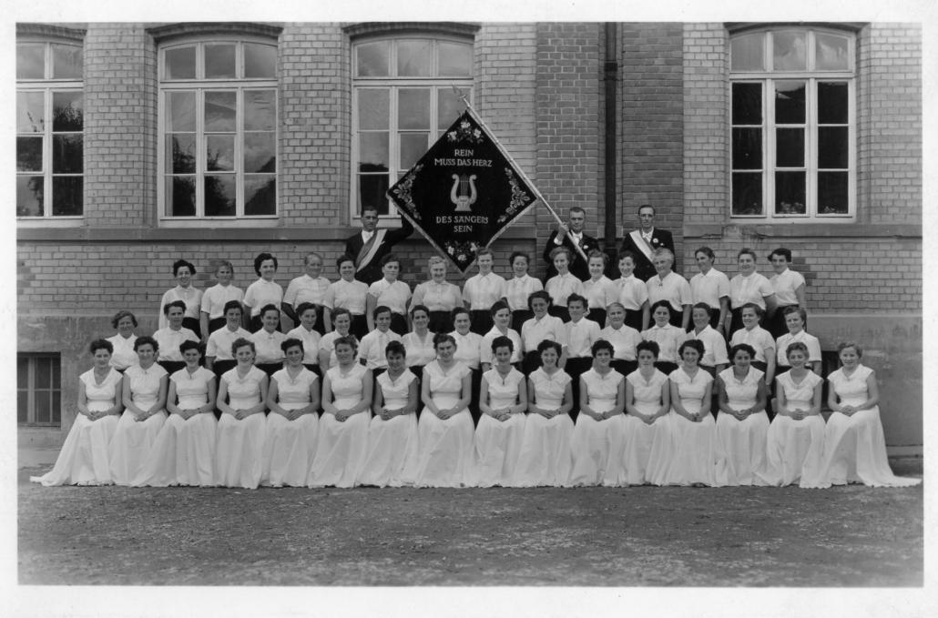 Frauenchor 1954 mit Festdamen
