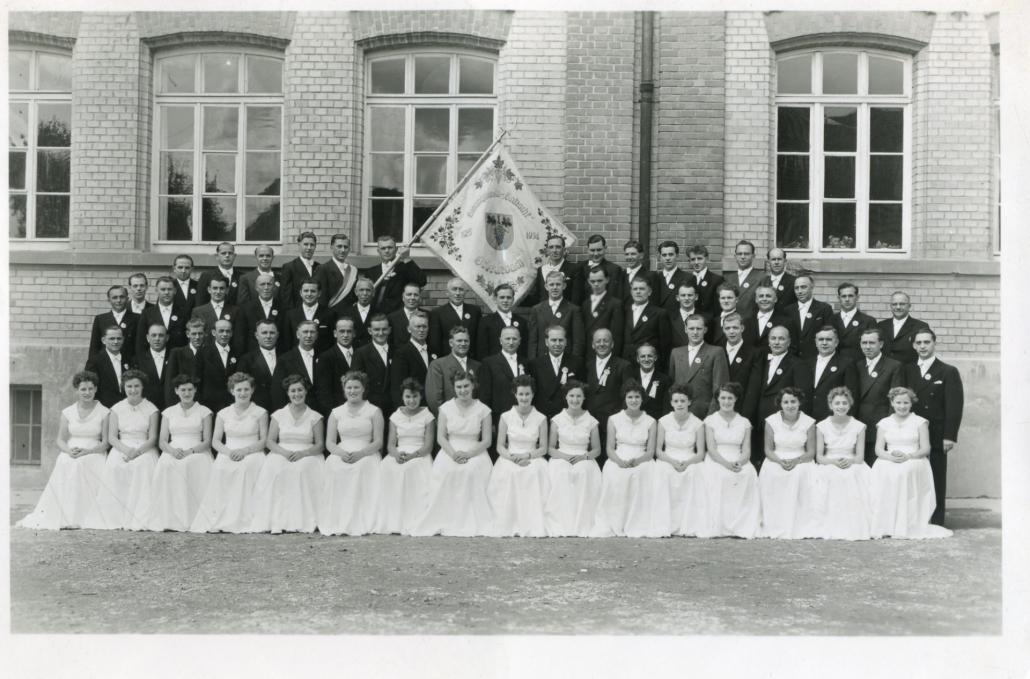 Männerchor 1954 mit Festdamen