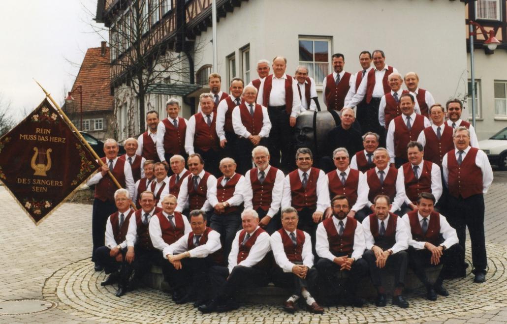Männerchor beim 75-jährigen Jubiläum am Urbacher Apfelbrunnen mit Steinacher Sängern